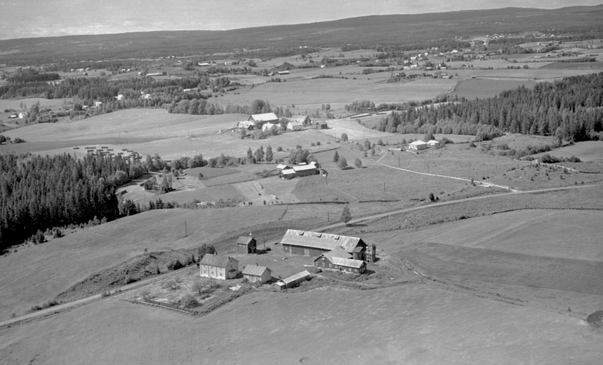 Flyfoto, Løten.  Kjøs? gård i Nordbygda