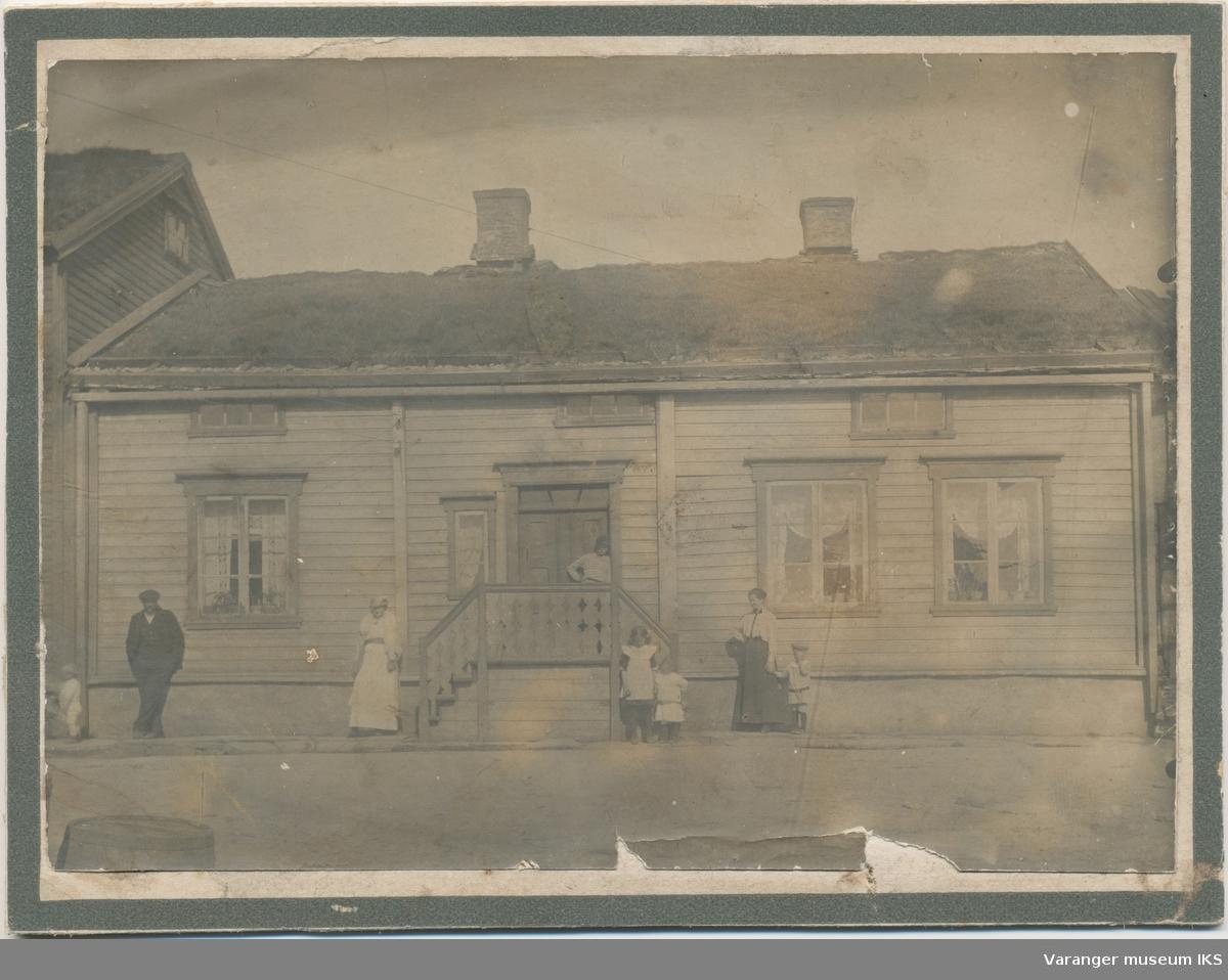 Familie foran Sandergården, Kristian IVs gate