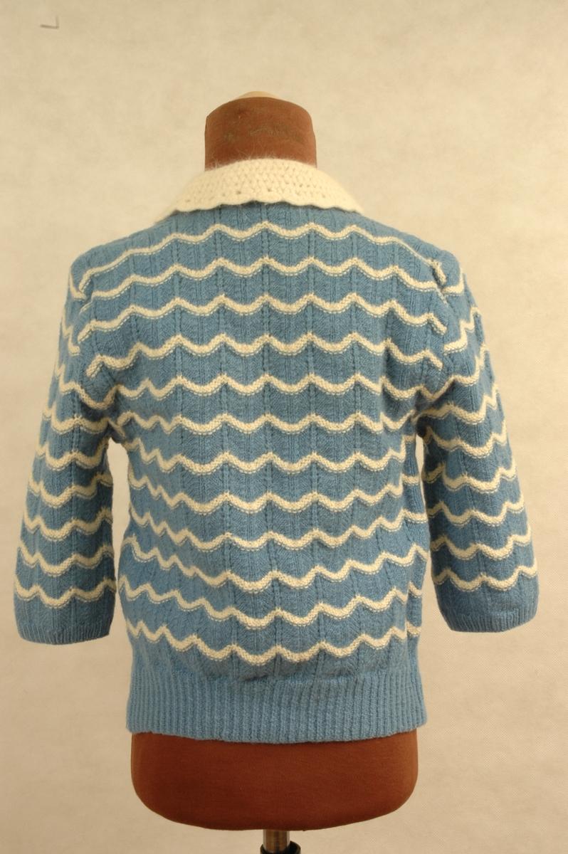0b35503e Blå- og kvitstrikket jakke til barn. Liten krage og knapper til lukking i  front