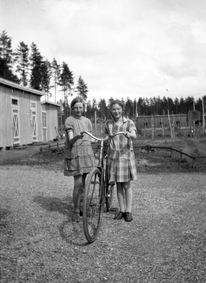 To jenter med sykkel