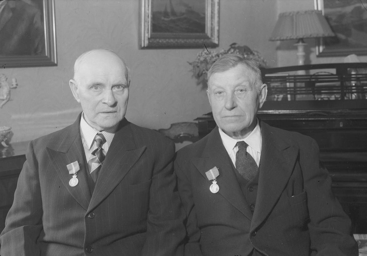 Anton Solberg og Ole Baadsvik med Kongens fortjenestemedalje