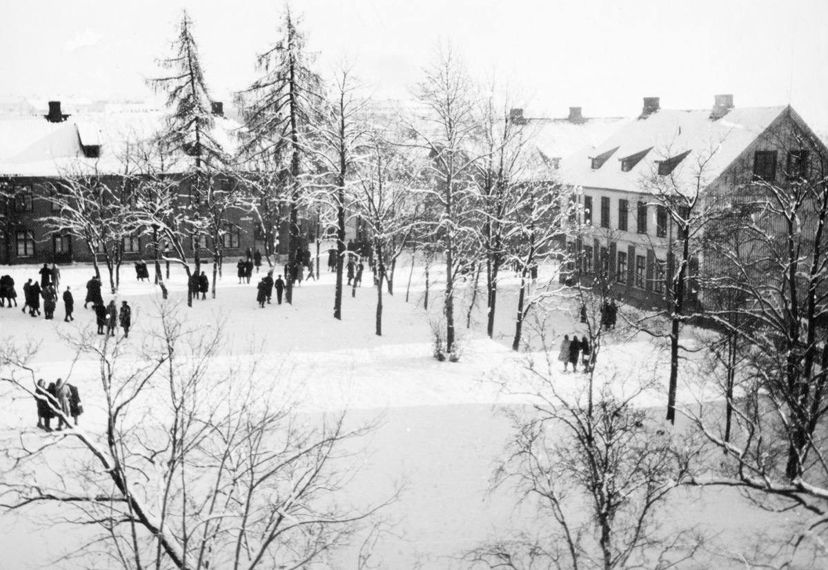 Hamar katedralskole, utsikt mot skoleplassen og Heidemannsgate og Storhamargata, vinter.