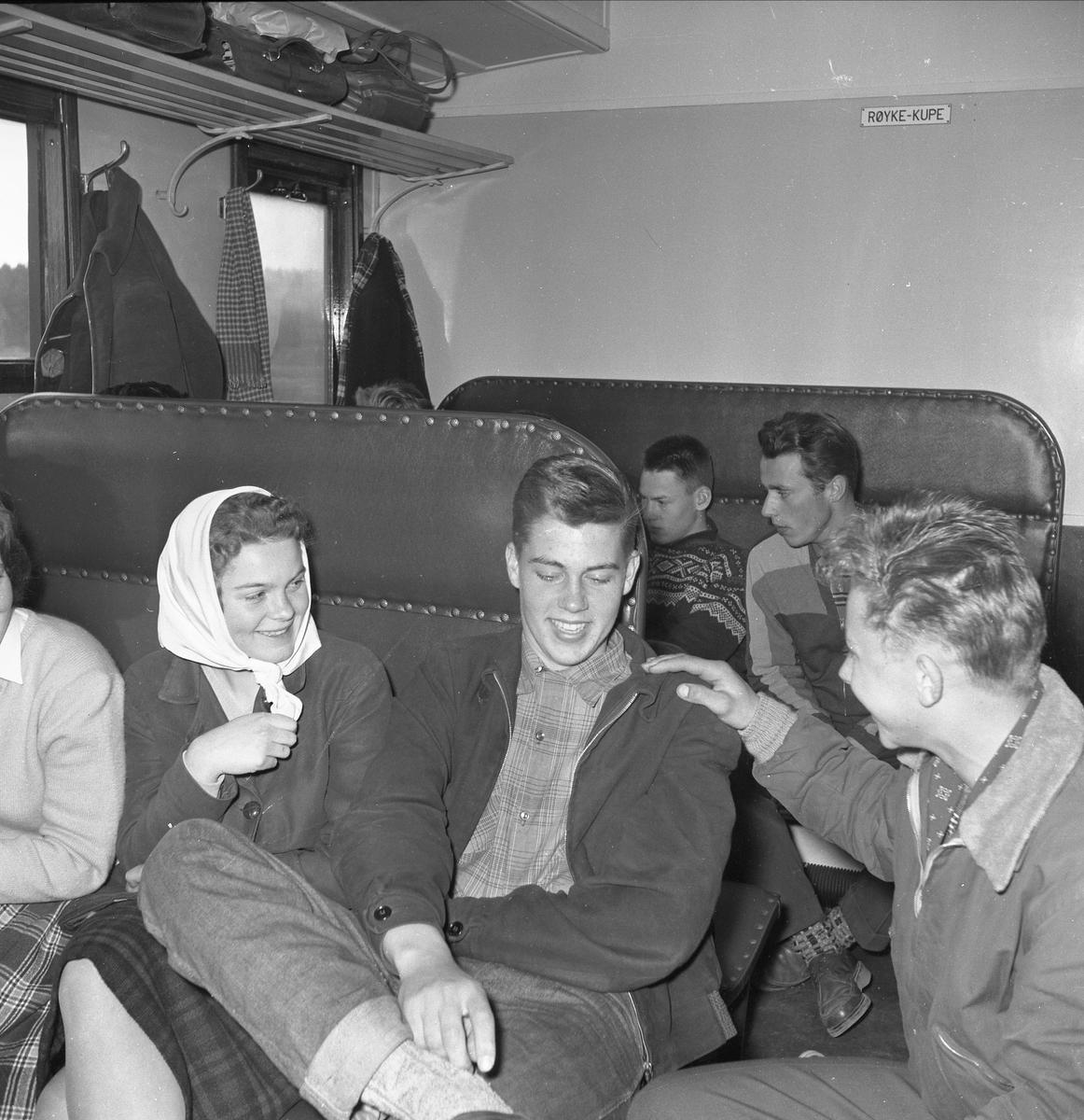 SKOLETOGET LØTEN TIL HAMAR. F. V. TOVE GUNDERSEN, ARNE HARALD BYSVEEN, JON SANDE?, BAK F. V. HANS ØVERGAARD, LEIF SØBERG? SE BOKA PÅ ET HUNDNREDELS SEKUND, LØTEN OG OMEGN 19571964 I ORD OG BILDERAV HELGE REISTAD S. 92