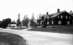 Stort hus ved veien, det gamle hotellet ved Koppang stasjon.