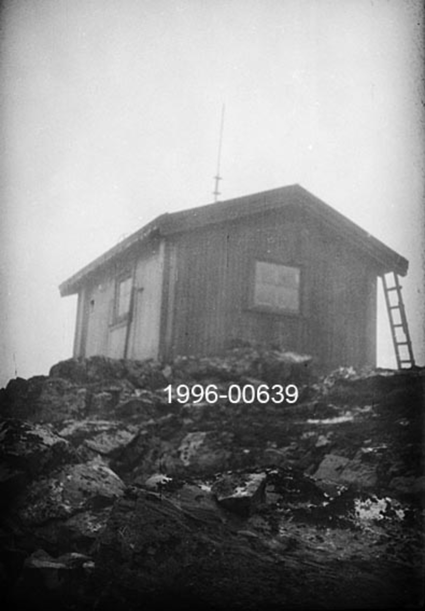Hytta på Byringen skogbrannvaktstasjon i Ytre Rendalen.  Bygningen er utført i laftetømmer, har saltak og ligger op en bergnabb.  Da fotografiet ble tatt sto en stige reist mot taket.   Byringen ligger øst for Storsjøen, 1031 meter over havet.  Brannvaktstasjonen her ble bygd av skogeier S. Sjølie i 1904, men seinere overtatt av Ytre Rendal Skogbrannkasse.