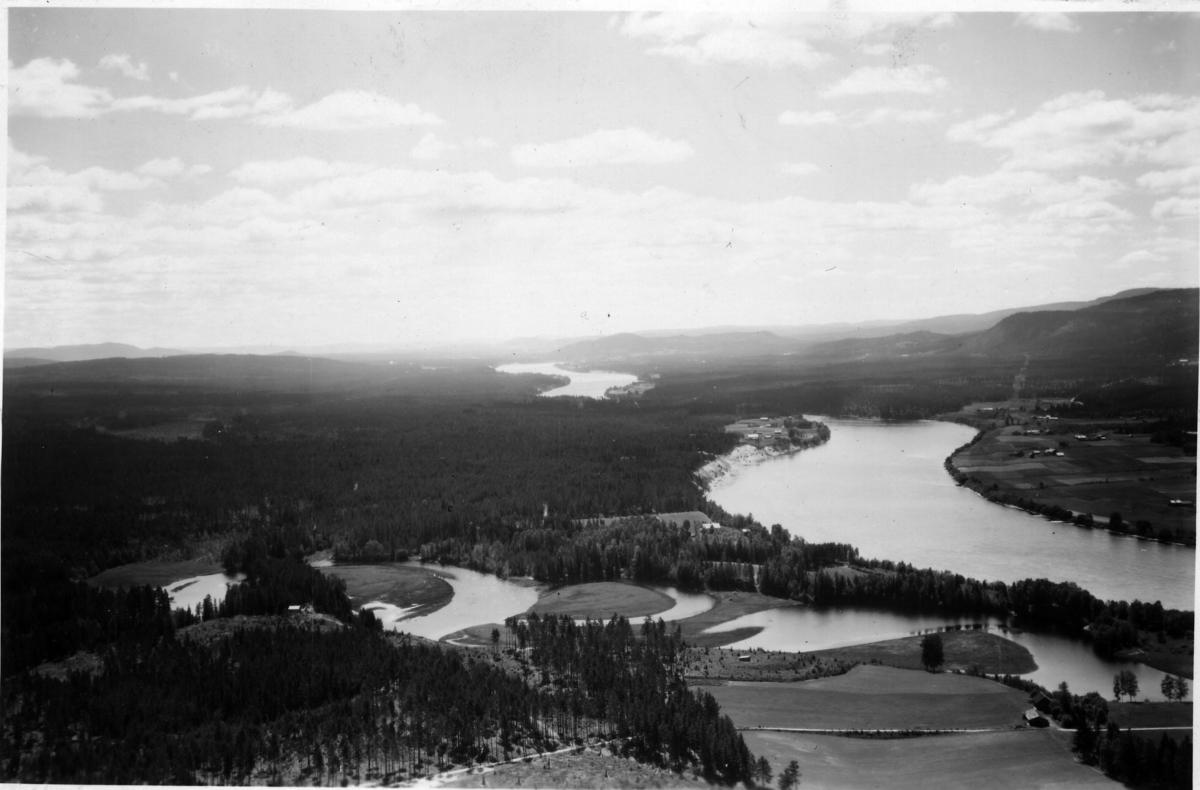 Jømna med Glomma og Jømnåa fra 1949. Oshagen (Gnr 72/11) på Jømna, ved Glomma på sørsida av Jømnåa (omtrent midt i bildet)