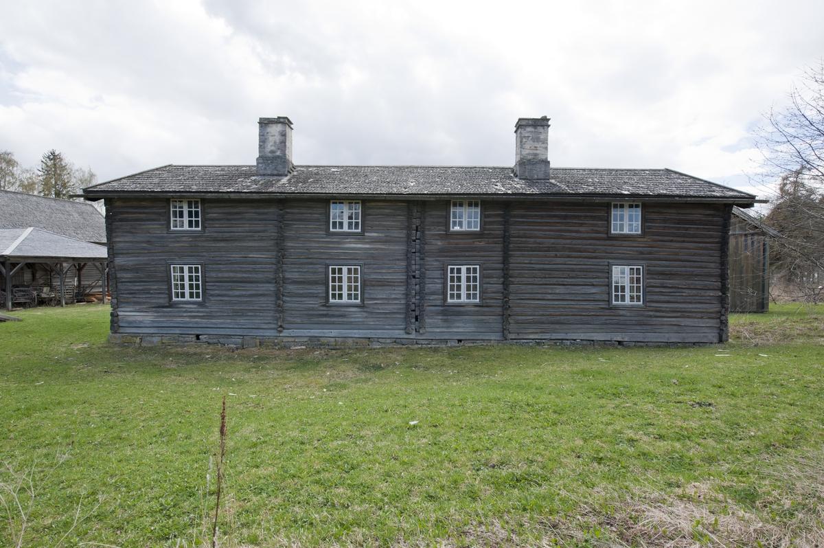 Huset består av to bygninger av laftet tømmer som på et tidspunkt er bygget sammen. Den ene delen har den tradisjonelle akershusiske stueplanen med inngang rett inn i stua. Foran inngangen er et lite bislag. Den ene koven er bygd om til kjøkken. Stua har stor murt peis med lyspeis. Andre etasje har samme inndeling. Den yngste delen av huset har panelt svalgang med dekorative lysåpninger. Her er det stue og kammers nede og tilsvarende oppe. Rommene både oppe og nede har separate innganger fra svalgangen. Alle dørene, bortsett fra hovedinngangen til den eldste delen, har fyllingsdører i rokokostil. Rommene i den yngste delen er panelt og malt. Stua nede har murt hjørnepeis. Eneste inngang til overetasjen i den eldste delen er fra svalgangen i den nye delen. Bygningen har saltak med flis. Bygningskroppen står på en lav, tørrmurt ringmur. Bygningen har 21 vinduer.