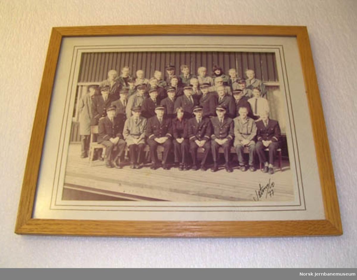 Fotografi i glass og ramme : betjeningen ved godsekspedisjonen Hamar 15.9.1977
