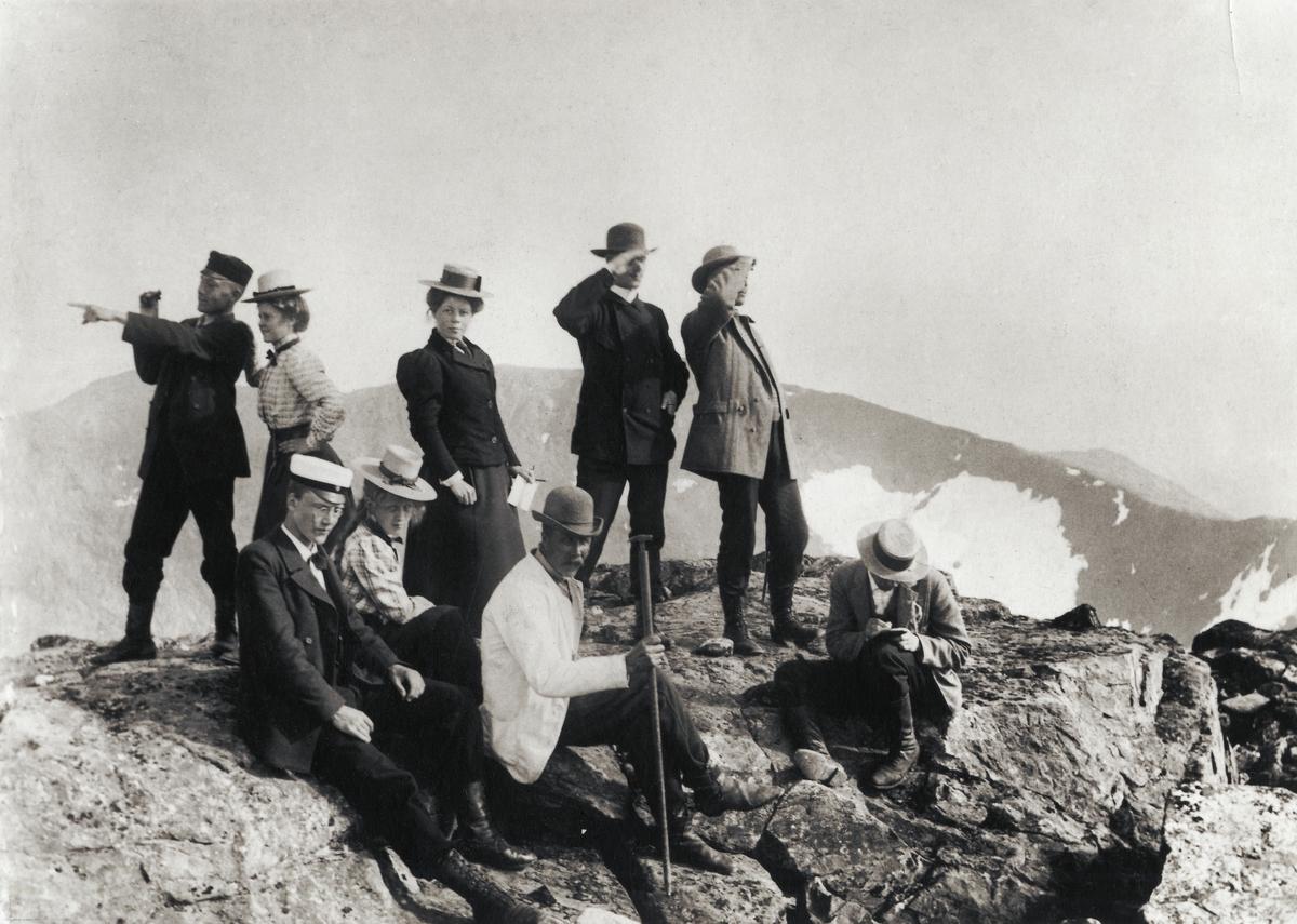 De första turisterna på toppen av Storsylen. Fjällandskap.
