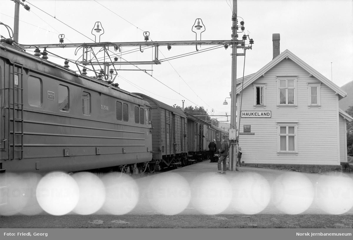 Haukeland stasjon med persontog
