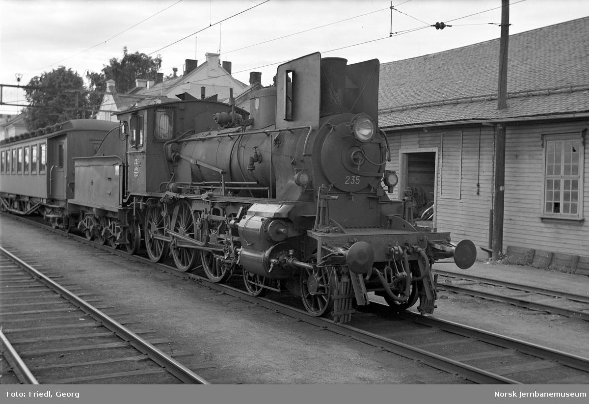 Damplokomotiv type27a nr. 235 foran persontog til Rena på Hamar stasjon