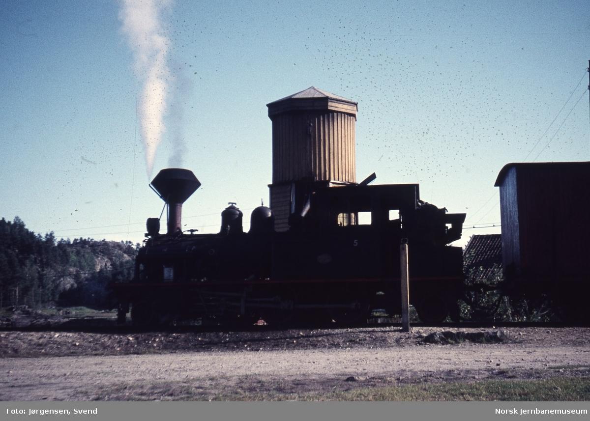 Damplokomotivet i nordgåene godstog tar vann på Røyknes stoppested
