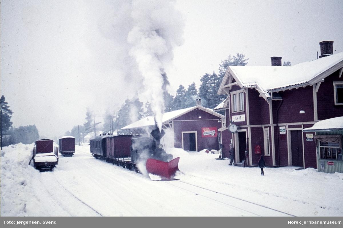 Damplokomotiv nr. 5 med godstog 5661 på Evje stasjon