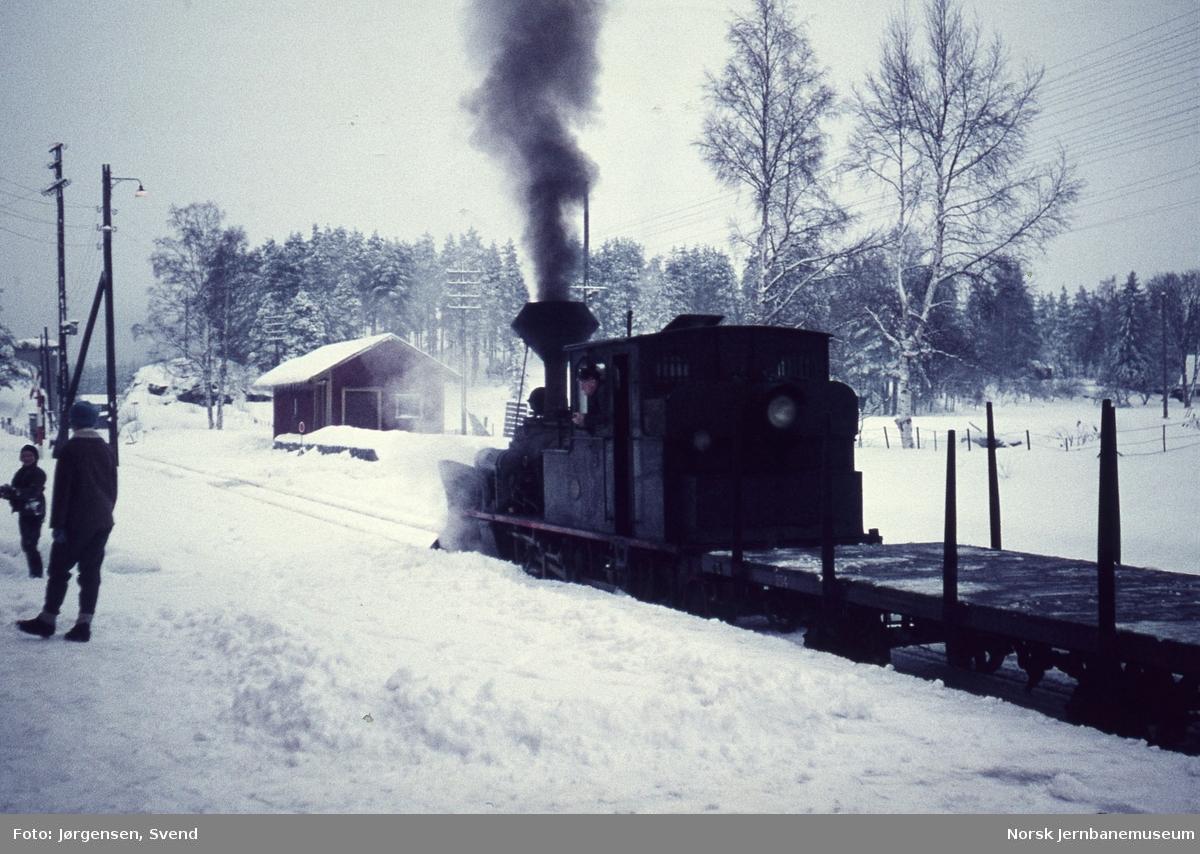 Damplokomotiv nr. 5 med godstog 5661på Moisund stoppested