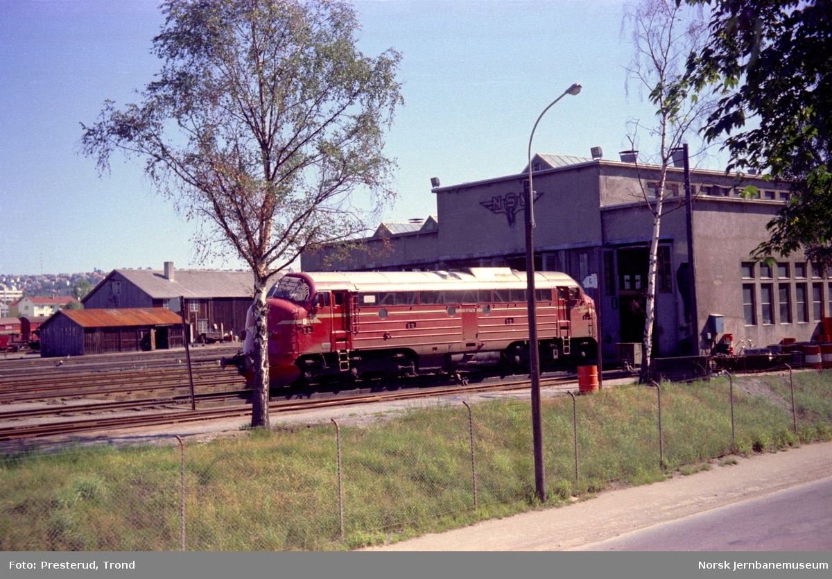 Diesellokomotiv type Di 3 nr. 621 utenfor lokomotilstallen på Marienborg
