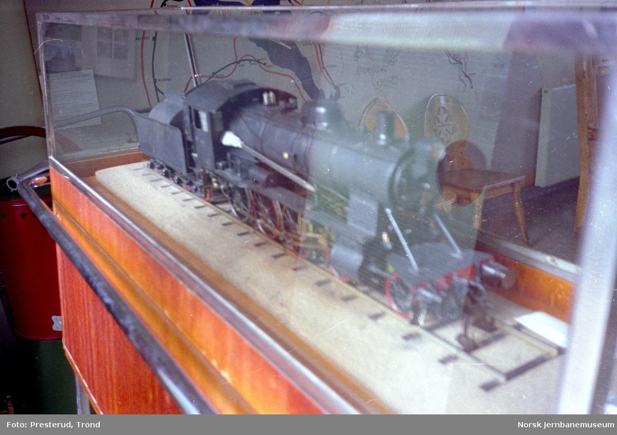 Jernbanemuseet - monter med modell av damplokomotiv type 30b