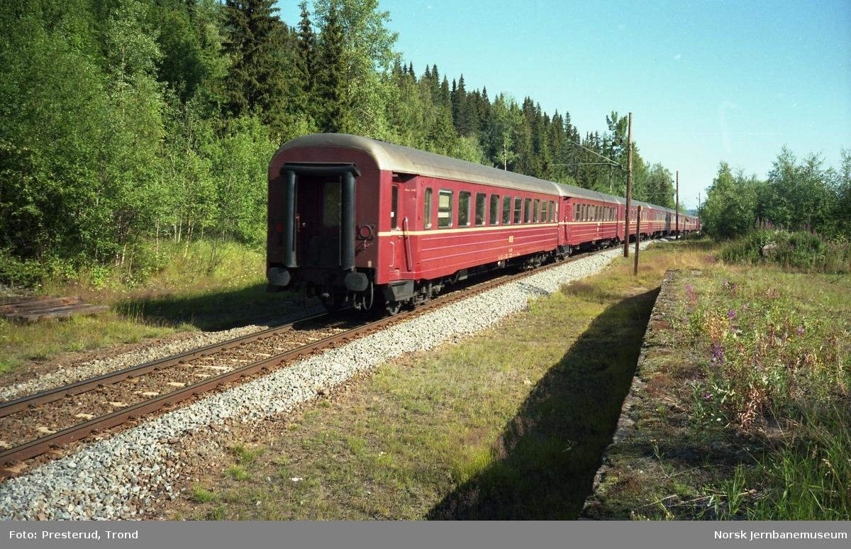Tog til Fagernes og Gjøvik passerer Hågår holdeplass