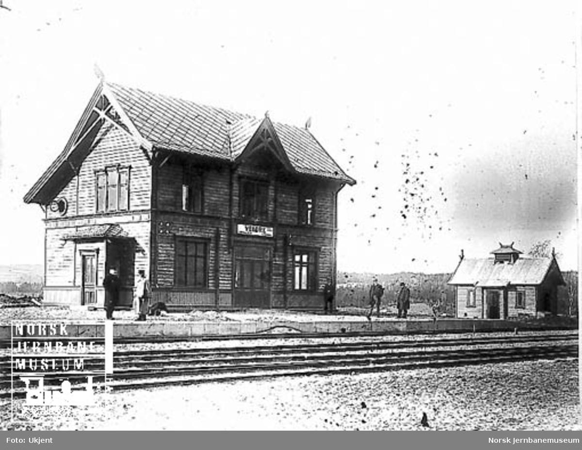 Veldre stasjonsbygning og privet
