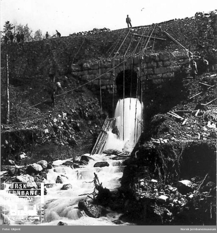 Utrasning ved kulvert for Åretta elva sør for Lillehammer stasjon