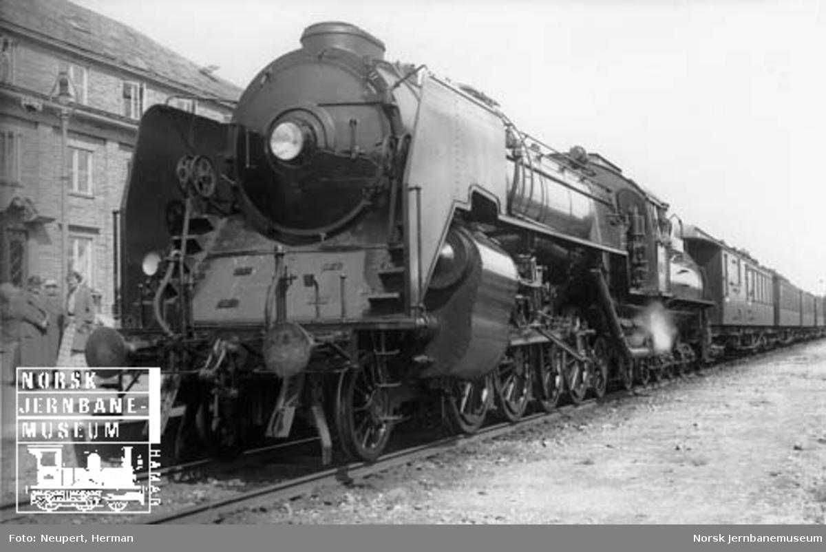 """Damplokomotiv type 49a nr. 463 """"Dovregubben"""" på Oppdal stasjon"""