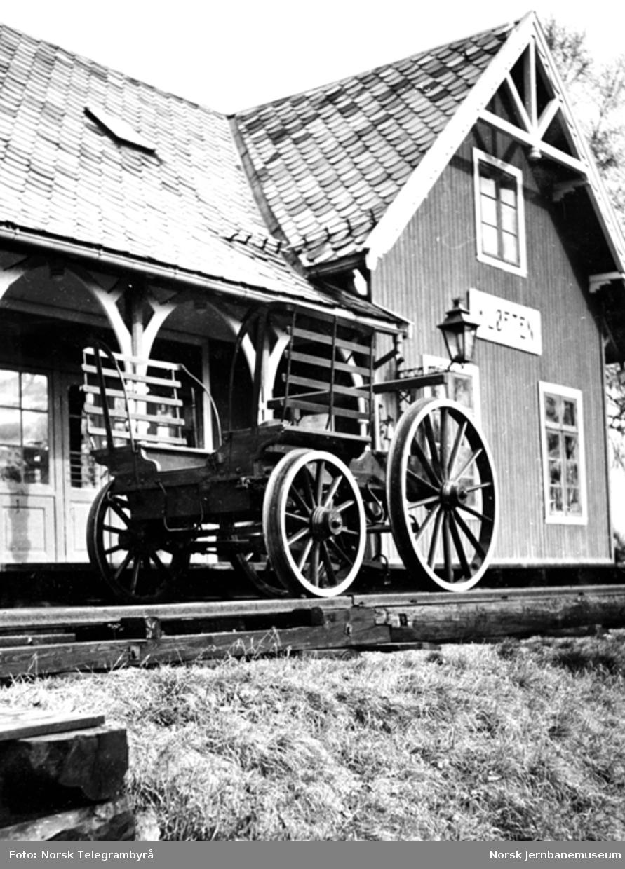 """Jernbanemuseet på Disen : Dresinen """"dreperen"""" foran Kløften stasjonsbygning"""