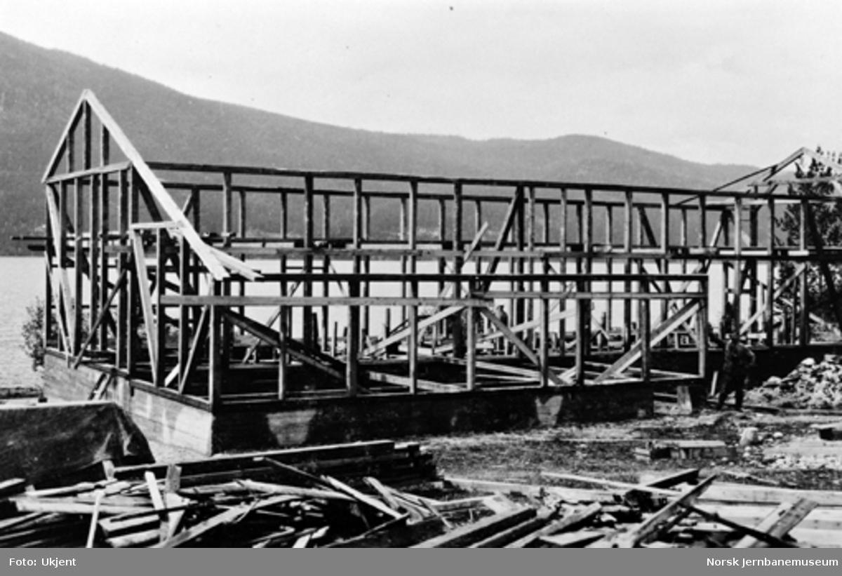 Lokomotivstallen på Sperillen under bygging med byggmester Anton Dølerud i bildet