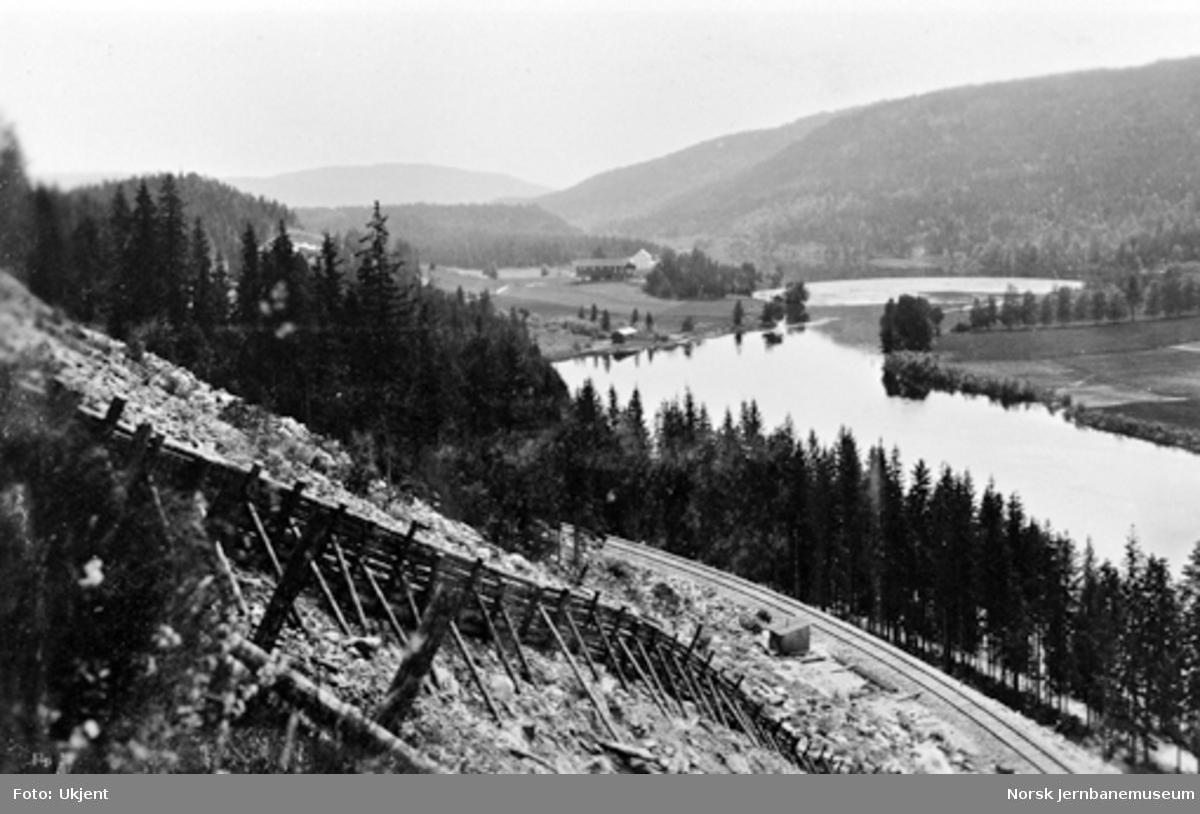 Ledeskjerm av tømmer mot snø i raspartiet ved søndre innslag til Bergsund tunnel
