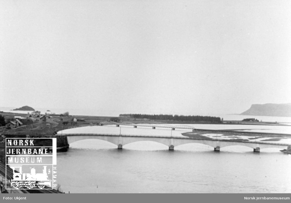 Utsikt fra Hellesberget med Hell gamle og nye stasjon og brua over Stjørdalselva