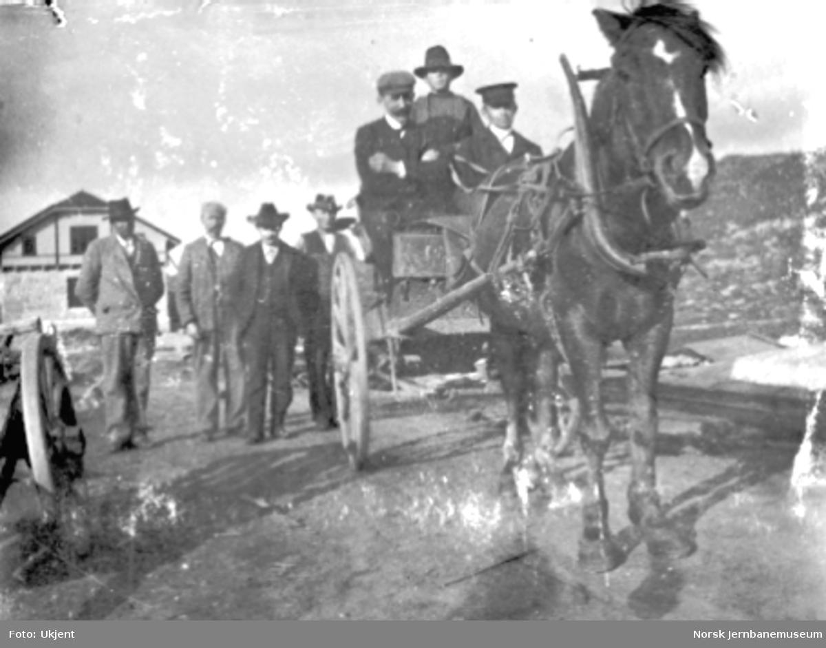 """Hest med vogn klar for turen til Fretheim - """"Fretheimskyss"""" - på Finse, en halvferdig stasjonsbygning i bakgrunnen $shfoto"""