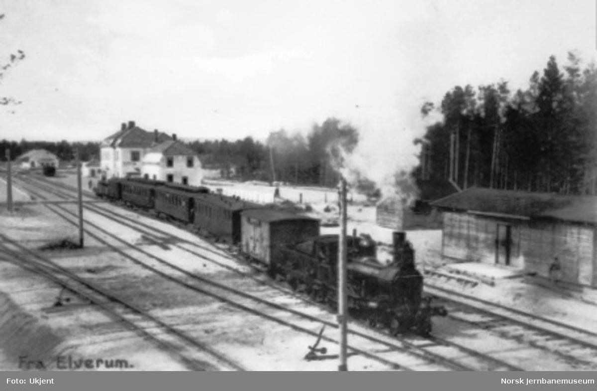 Damplokomotiv type 9a med persontog til Solørbanen på vei ut fra Elverum stasjon