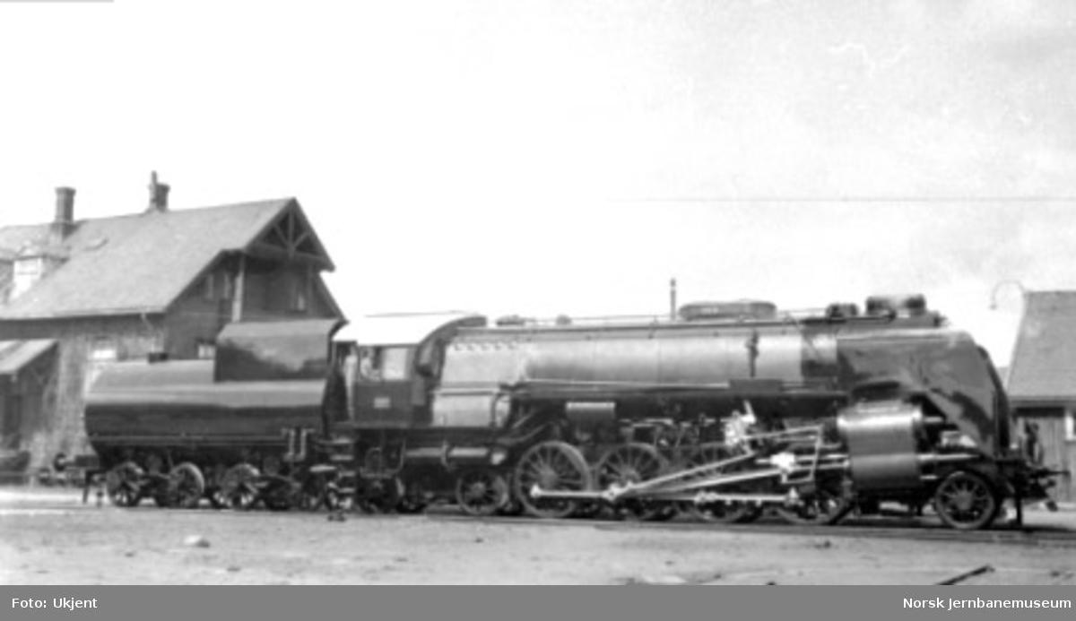 "Damplokomotiv type 49a ""Dovregubben"" nr. 463 nesten ferdig på Hamar Jernstøberi; bare navneskilt mangler"