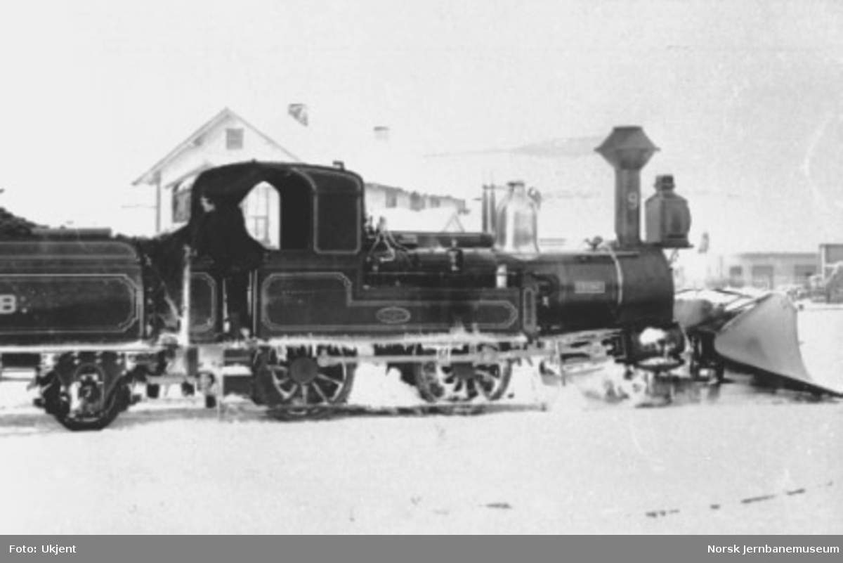 "Damplokomotiv type IX nr. 9 ""Erling"" med stor frontplog"