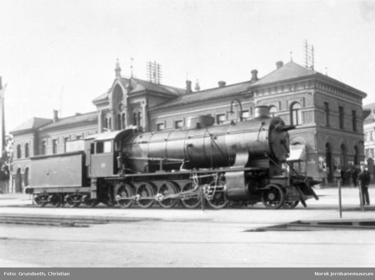 Damplokomotiv type 39a nr. 166 på Hamar stasjon etter ombygging ved Hamar Jernstøberi