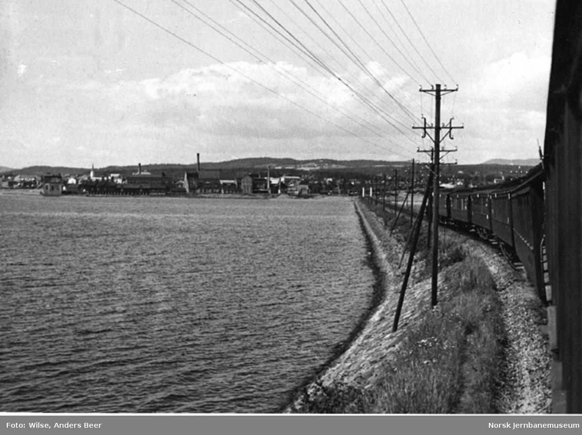 Innkjøring mot Hamar stasjon sørfra, fotografert fra en vogn bak i et ankommende tog