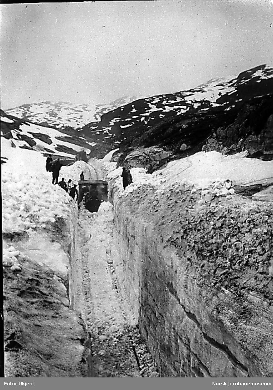 Rydding av Bergensbanen med damplokomotiv med stor frontplog : ved Lillekleven km 55,3