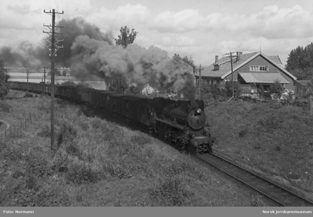 Damplokomotiv type 26a/b med dyretog sør for Akersvika