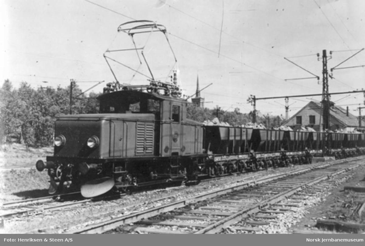 LKAB elektrisk skiftelokomotiv litra F nr. 33 med malmvogner