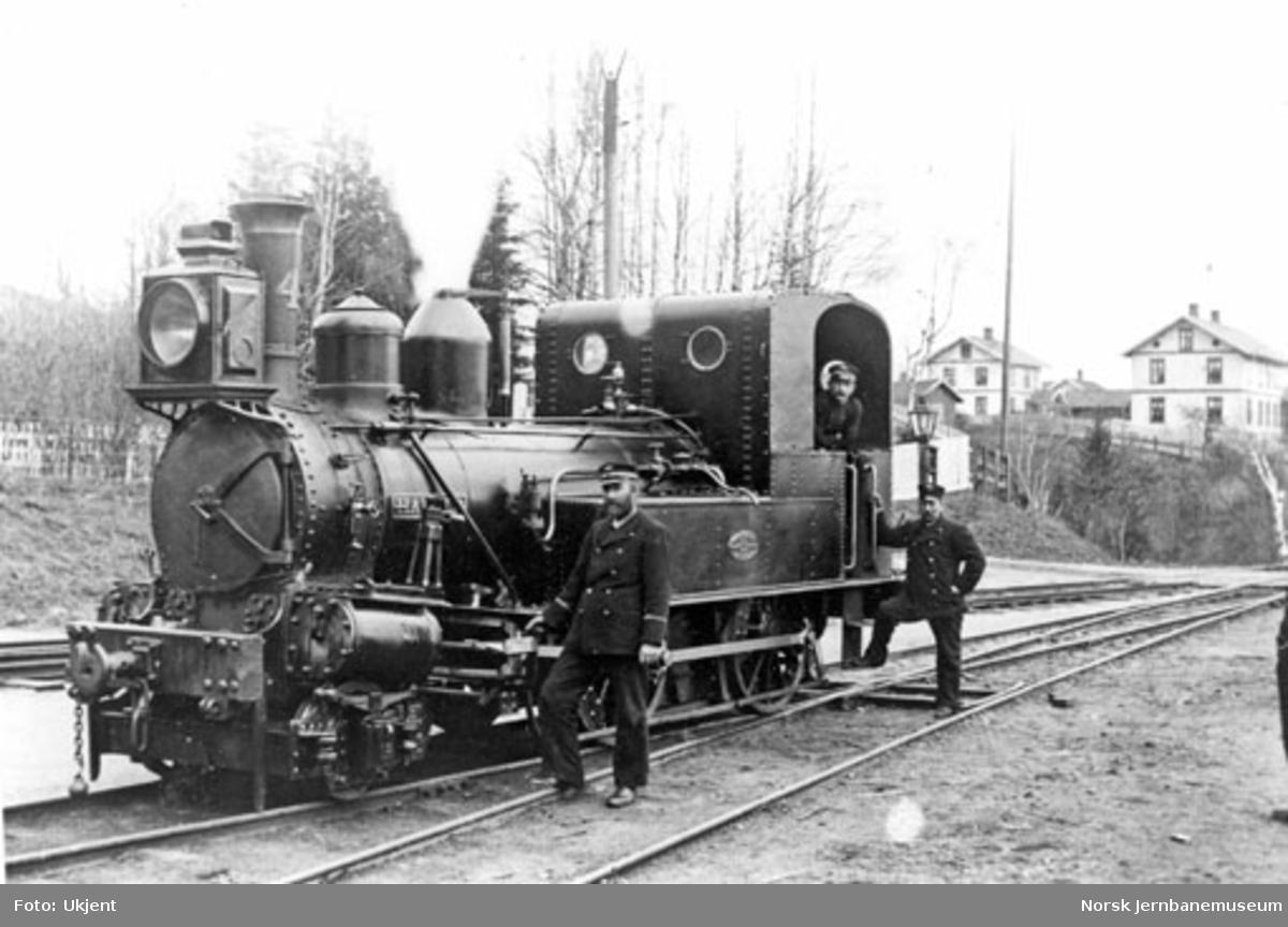 """Damplokomotiv type IV nr. 4 """"Harald"""" på Randsfjord, med personalet"""