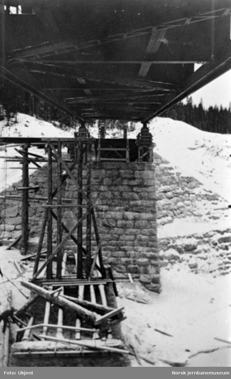 Bru over Sanddøla ved Tømmeråsfoss : senkning av spennet påbegynnes