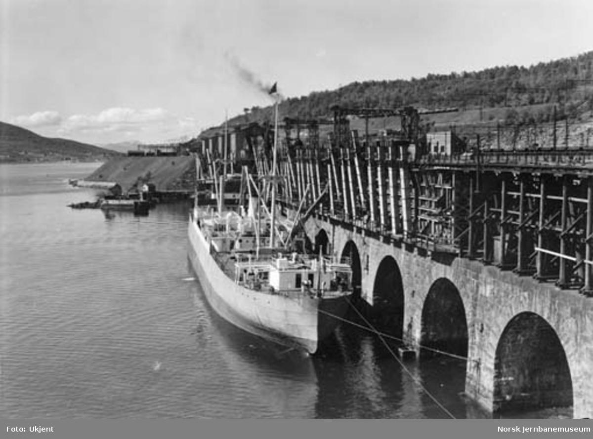 """Malmkaia i Narvik med båten """"Luleå"""""""