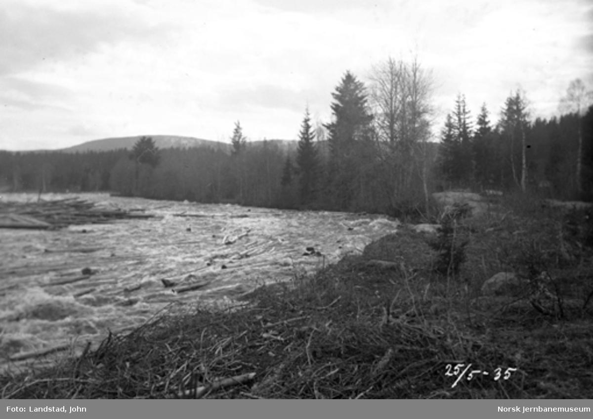 Tømmerslipping i Hovda elv