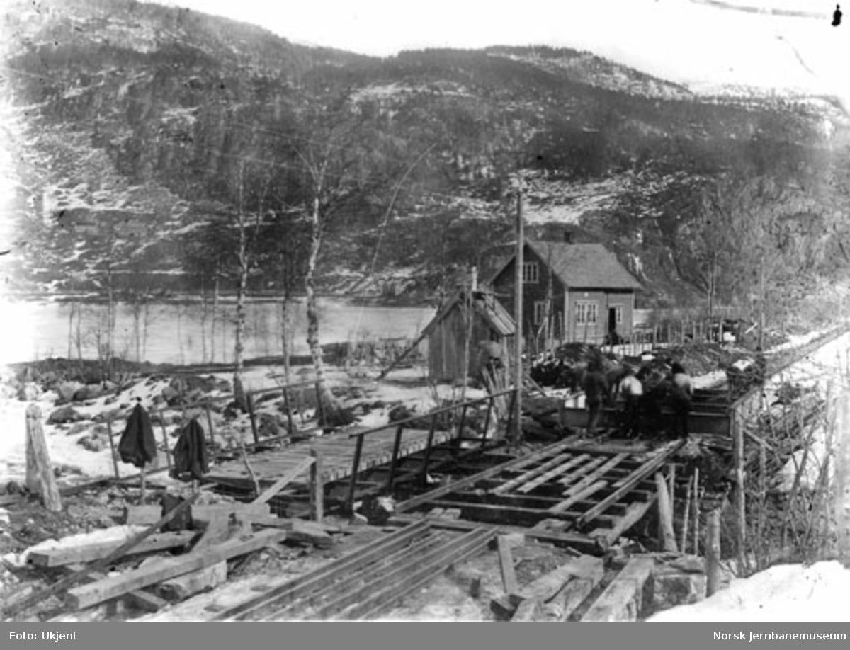 Bygging av mindre bru med baneformann Vassendens hus på Evanger i bakgrunnen