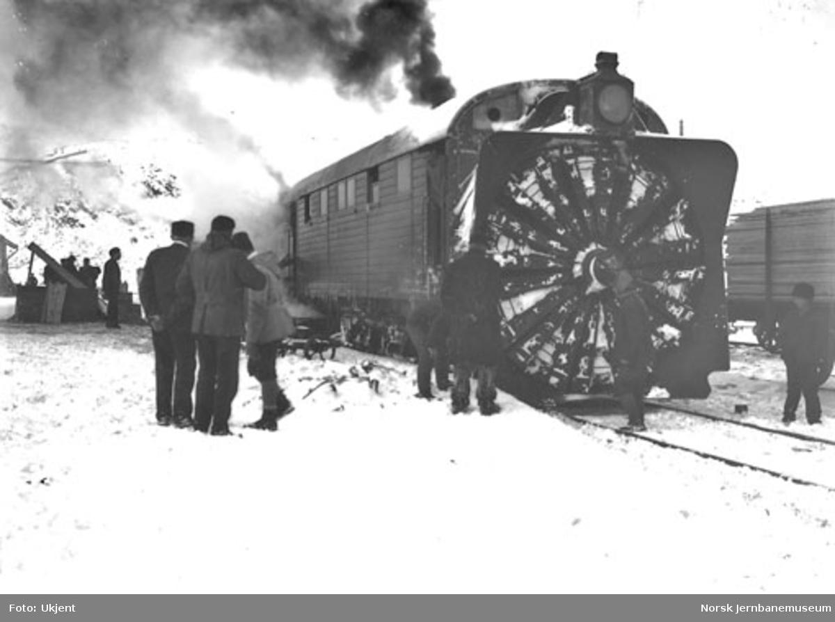 Roterende snøplog på Finse, trolig etter brøyting av banen i 1908