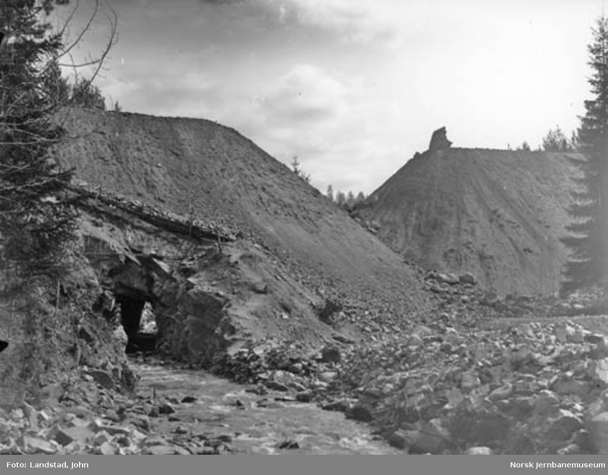 Arbeide med Skjerva fylling og vanntunnel ved Gjøvikbanens 6. avdeling