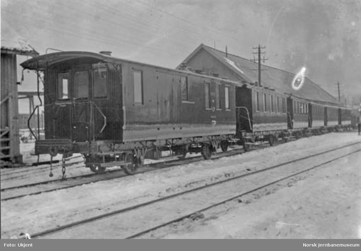 Tønsberg-Eidsfossbanens personvogner ved leveransen fra Skabo Jernbanevognfabrik med vogn DF nr. 5 nærmest