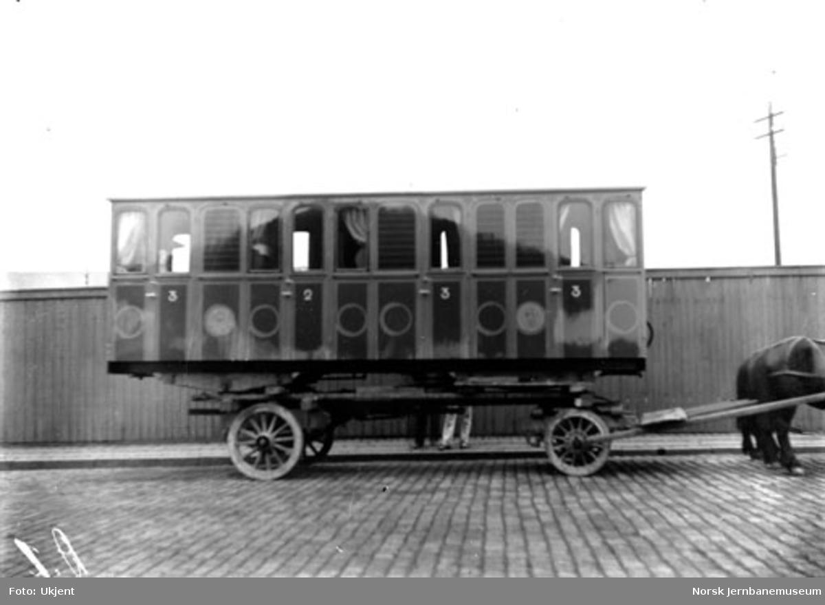 Vognkasse til smalsporet (1000 mm) personvogn til Skagensbanen lastet på hestevogn, trolig ved Skabo Jernbanevognfabrik