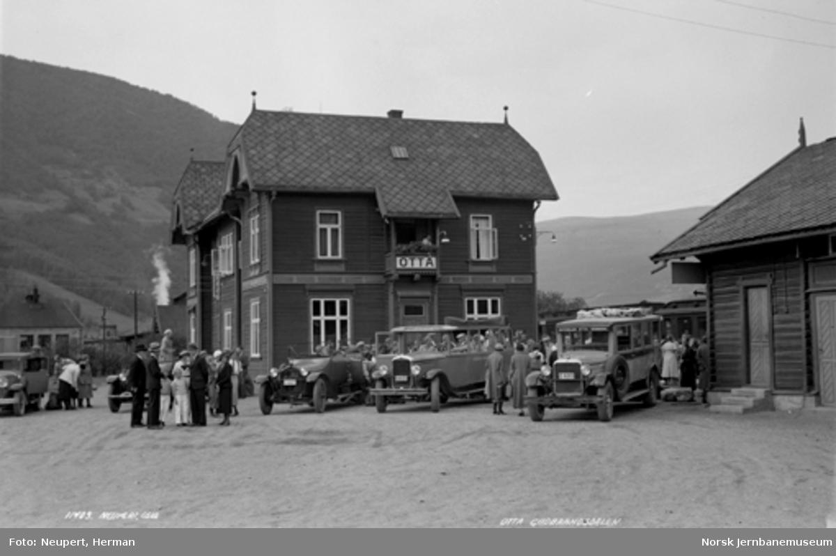 Reisende tar plass i rutebiler utenfor Otta stasjon