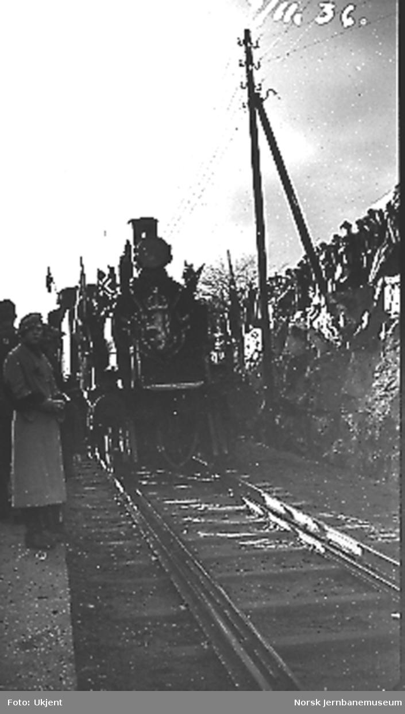 Åpningstoget for normalspor ankommer Grimstad stasjon, trukket av damplokomotiv type 20a nr. 173