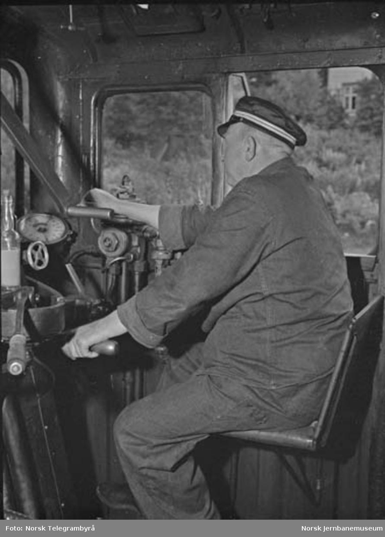 """Maskinen og """"beitet"""" - en tur med godstog 5283 Hamar-Lillehammer - kl 06.00 """"klart for tog 5283"""". Larsen setter i gang"""
