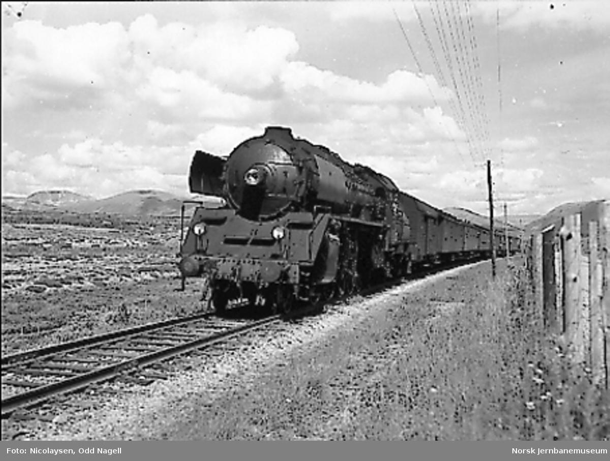 Damplokomotiv type 49c nr. 471 foran persontog mellom Kongsvoll og Hjerkinn